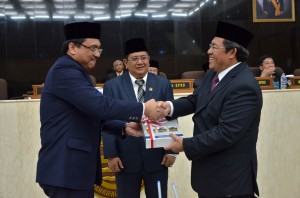 Anggota V BPK RI saat Menyerahkan LHP LKPD TA 2013 kepada Gubernur Jawa Barat